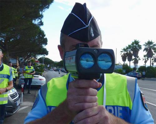 Un radar mobile utilisé par un policier