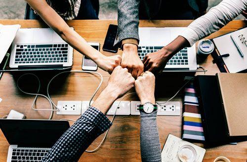 Impacts sociaux dans informatique. marchés financiers et sous traitance